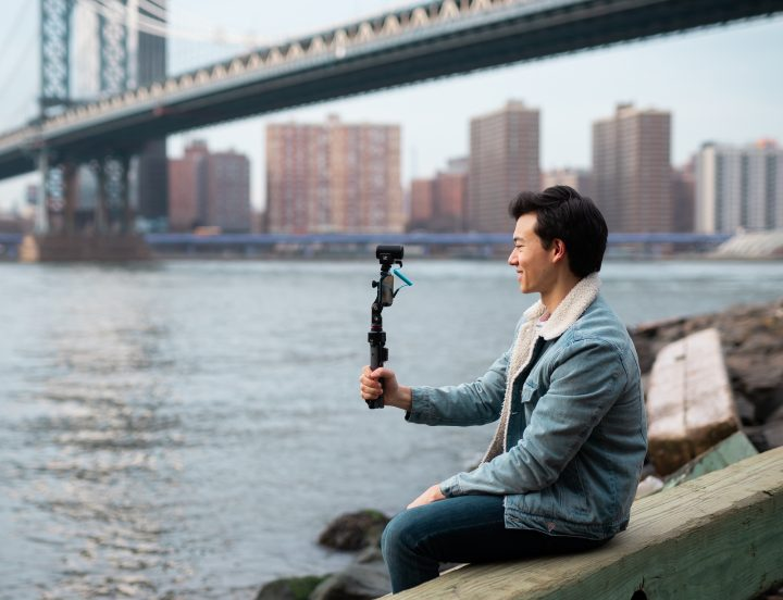 One microphone for both: with the MKE 200 and its included connection cables, it's easy to swap between your smartphone and your camera.